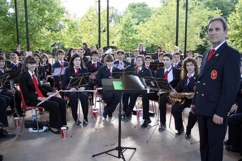 Madrid, 20-6-2009. La Banda de Música Mariano García de Aoiz, con su director Emilio Estévez al frente, poco antes de comenzar su actuación el sábado 20 de junio en el Parque del Retiro de Madrid.